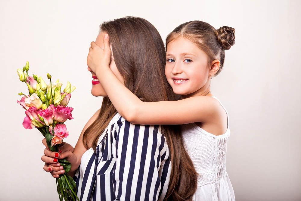 Mama, Tochter und Blumen